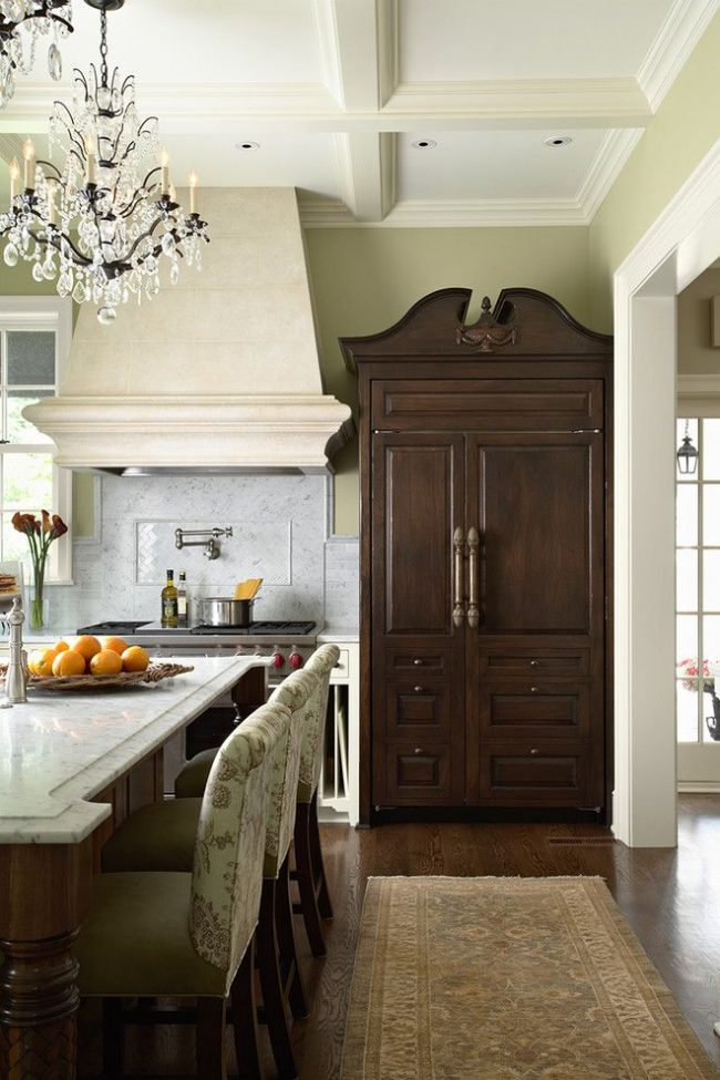 Кухня с обоями пастельного цвета. Шкаф-холодильник в классическом стиле – особенность интерьера