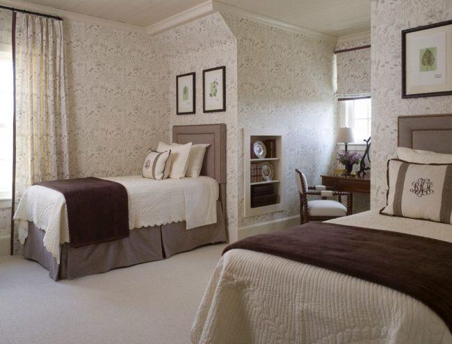 Простой рисунок на обоях, повторяющийся на шторах, для гостевой спальни в английском стиле