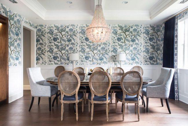 Интерьер в английском стиле с обоями цветочного принта и потолочным молдингом