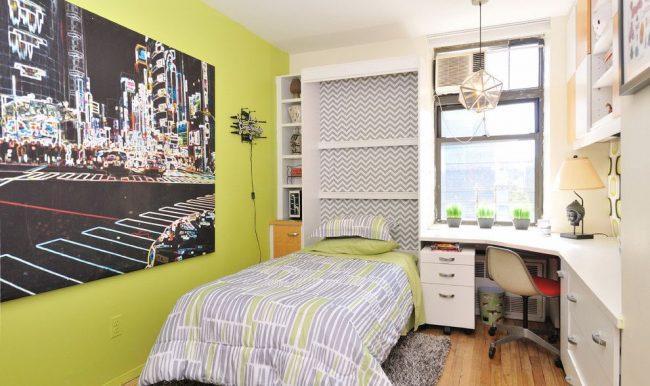 Теплый оттенок зеленого цвета на обоях боковой стены