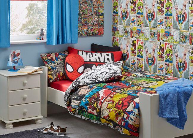 Фотообои с комиксами о супергероях в сочетании с однотонными светло-синими обоями – настенное оформление детской комнаты для мальчика