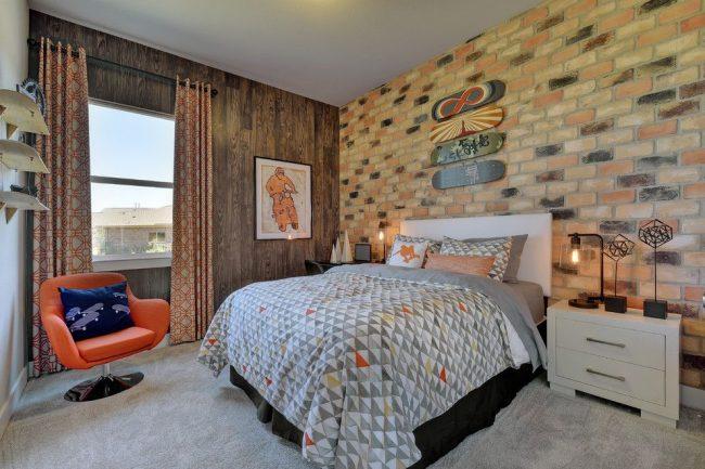 Кирпичная кладка, древесина и однотонная белая стена – особенность оформления стен для комнаты мальчика-подростка