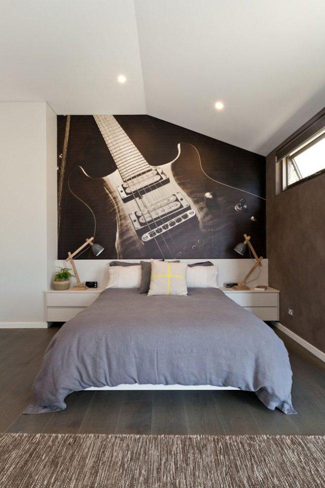 Преобладающие спокойные цвета сдержанной гаммы в сочетании с графическими фотообоями над зоной отдыха с крупным изображением. Интерьер выполнен в гармоничном скандинавском стиле