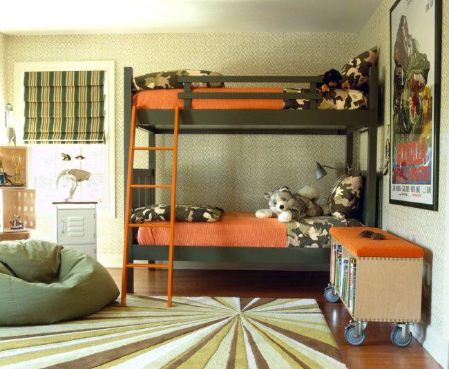 Зеленый оттенок обоев, паркетная доска среднего тона, двухъярусная кровать, постельное белье цвета хаки и другие тематические интерьерные элементы передают военный стиль