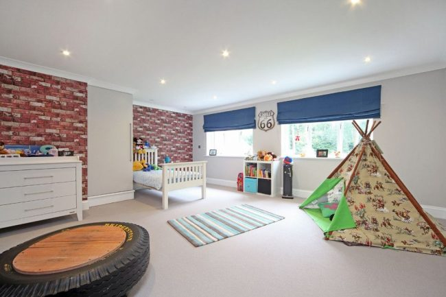 Обои с имитацией кирпичной кладки – отличная идея для оформления детской комнаты мальчика