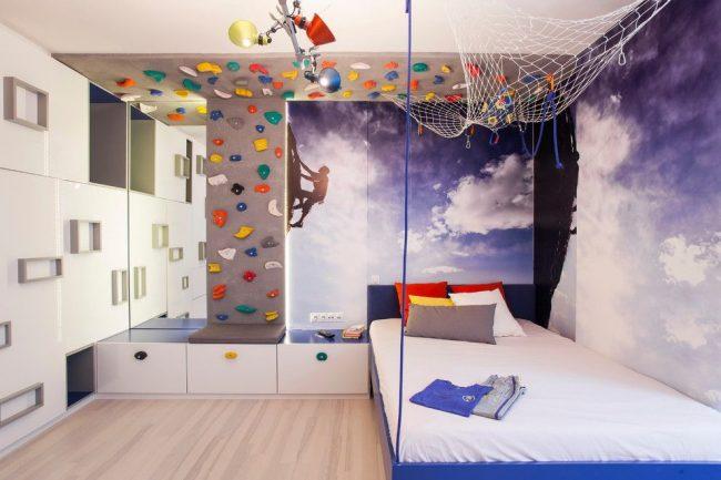Современная комната для подростка с выдержанной тематикой: фотообои с реалистичным изображением скалолаза и скалодром для собственной тренировки