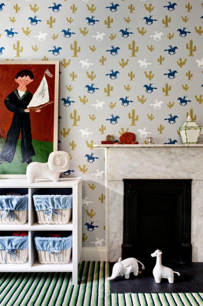 Современная детская комната для мальчиков с оригинальными деталями, как в оформлении, так и в декоре. Живописное изображение маленького хозяина комнаты – изюминка интерьера