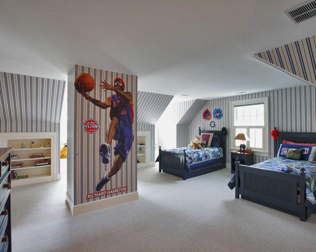 Детская комната для двух мальчиков с одинаковыми интересами. Полосатые обои и печать на них в виде знаменитого баскетболиста – оформление стен