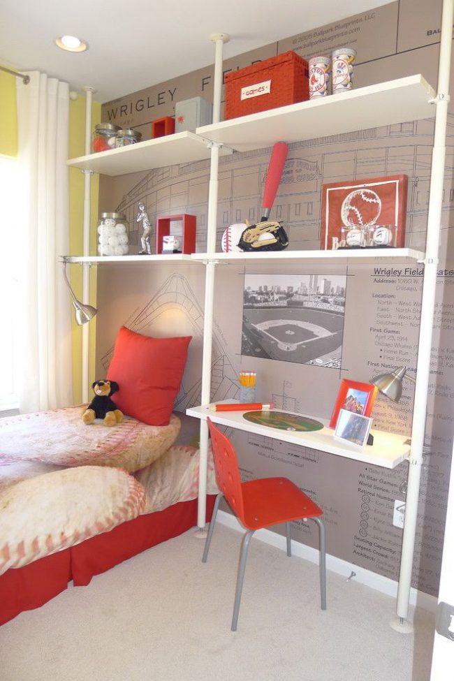 Современная американская детская комната для мальчика с обоями, изображающими знаменитый бейсбольный стадион Wrigley Field в сочетании с интересной информацией о нем