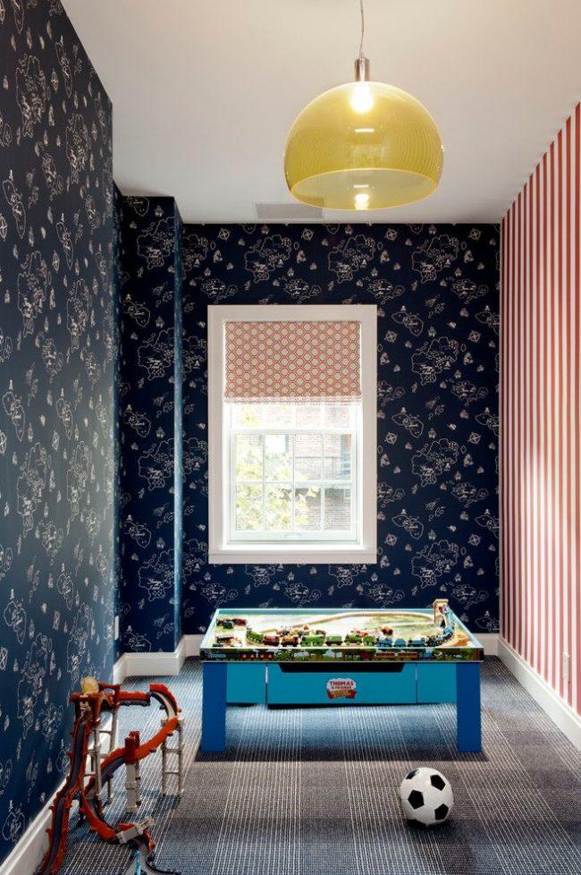 Модное решение для современной детской: одна стена оформлена обоями с вертикальными бело-красными полосами, а вторая – обоями с синим фоном и неброским белым принтом