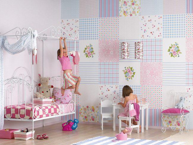 Бумажные обои в комнате девочки с рисунком по типу пэчворк