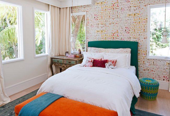 Виниловые светлые обои идеально подойдут для небольшой детской комнаты