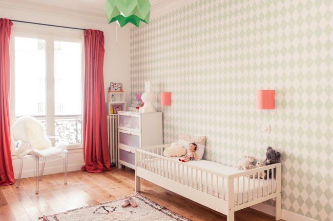 Светлая просторная детская комната с оклеенной обоями стеной в зоне отдыха