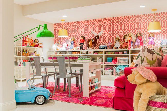 Акцентная красная стена в комнате придаст уверенности и бодрости хозяйке комнаты