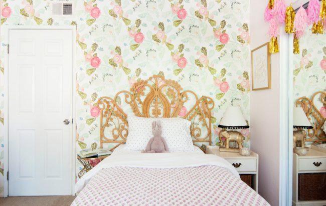 Легкие цветочные обои в интерьер в стиле шебби шик