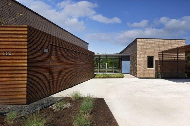 Одноэтажные дома с гаражом: гараж, пристроенный к дому, вместе образуют внутренний двор. Экстерьер зданий в стиле модерн