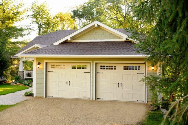 Одноэтажный дом со встроенным гаражом, выполненный по универсальному проекту. Общая территория небольшая, но с ровным рельефом – это плюс