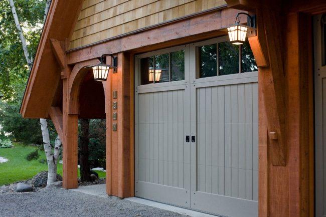 Максимум деревянных элементов для оформления гаража. Арочный проем для перехода в дом