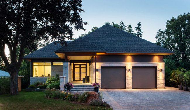 Классический проект одноэтажного дома со встроенным гаражом. Значительная экономия материалов из-за общего фундамента, стен и крыши