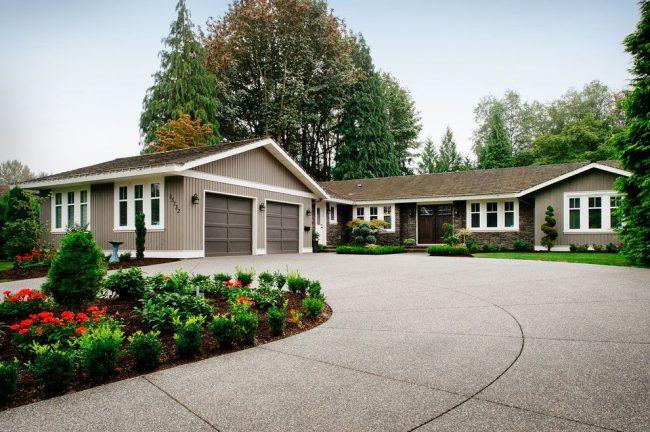 Одноэтажный дом с гаражом для двух автомобилей, ухоженная территория и, занимающий общую площадь, заезд