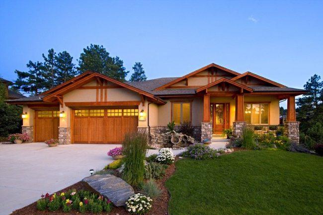 Одноэтажный дом со встроенным гаражом, пристроенным к дому. Ухоженная придомовая территория, совмещенная с удобным подъездом к гаражу – рациональное решение