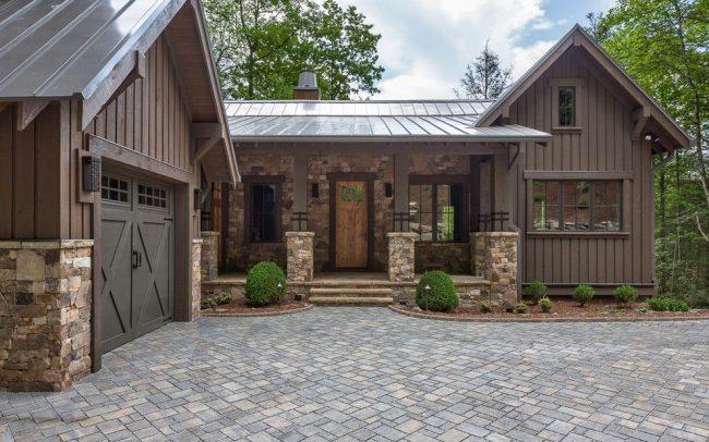 Одноэтажный дом с гаражом в стиле рустик