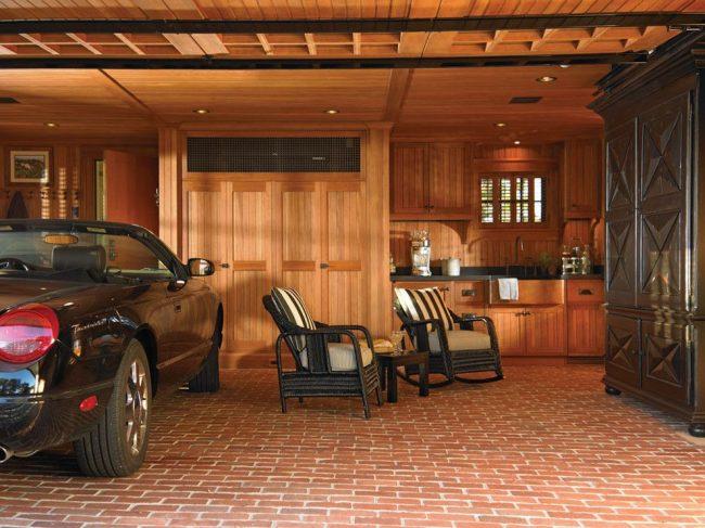 Объединенный дом с гаражом позволяют сделать условия гаража максимально удобными, с отапливаемой системой, водопроводом и канализацией