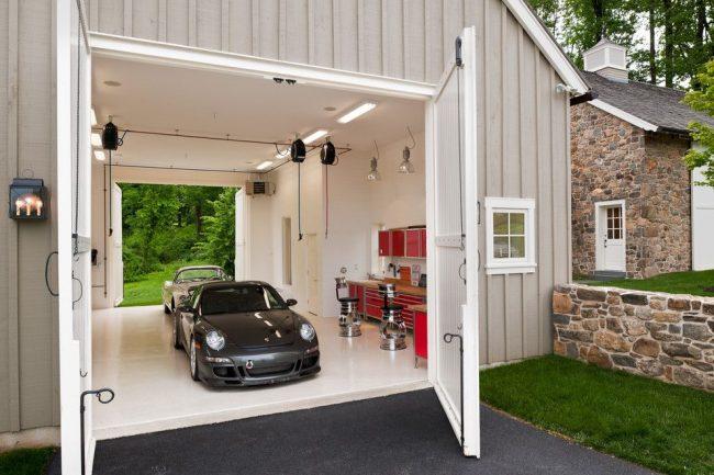 Разработанный специалистами, архитекторами и строителями, совмещенный с домом просторный гараж для нескольких автомобилей