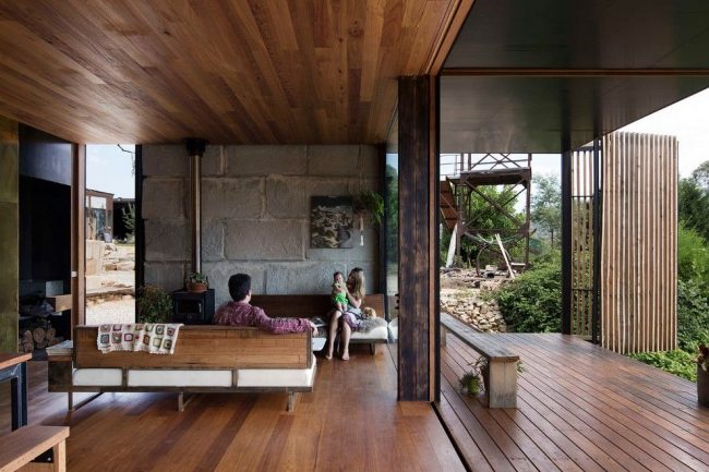Пример одноэтажного дома с террасой современного стиля. Преимущество дома с пристройкой в экономичности