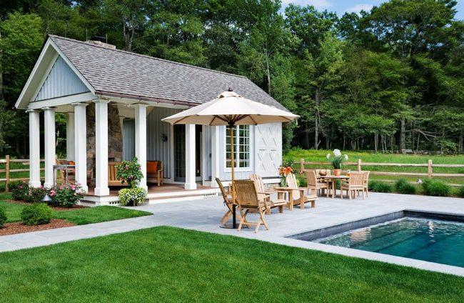 Небольшой одноэтажный дом с террасой и бассейном в традиционном американском стиле