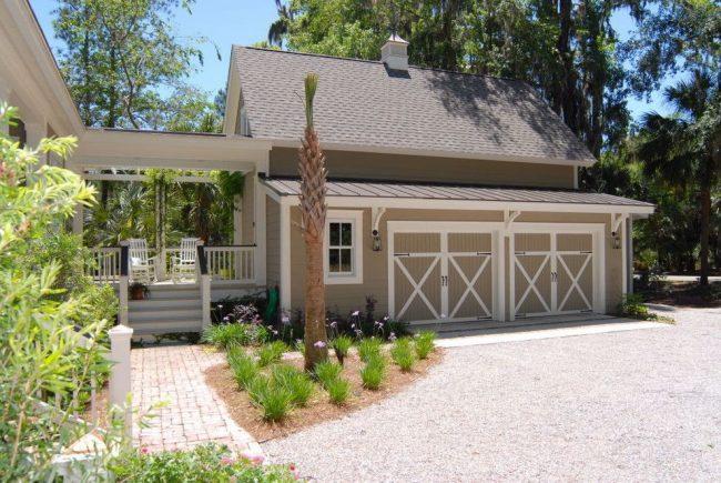 Проект дома с небольшой террасой между домом и гаражом для двух автомобилей