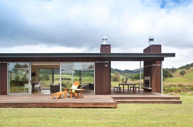 Одноэтажный современный дом с двумя террасами. Общая крыша для дома и террасы создает пристройку закрытого типа, а пристройка без крыши или другого навеса – это терраса открытого типа