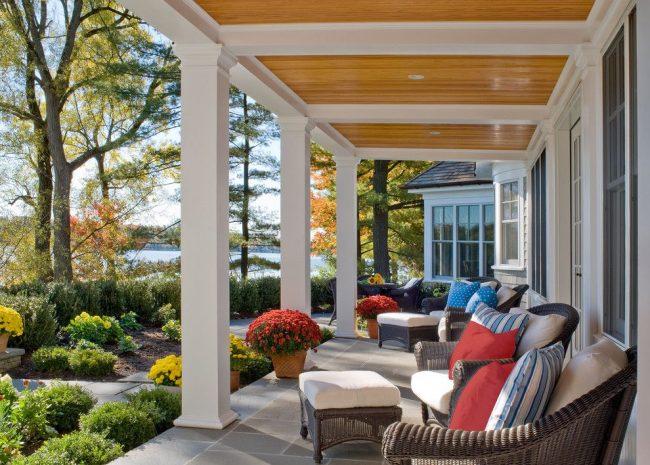 Вид на озеро и ухоженную придомовую территорию – преимущество дома с террасой
