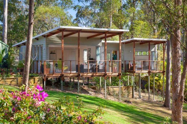 Пример современной террасы, экономящей площадь небольшого одноэтажного дома