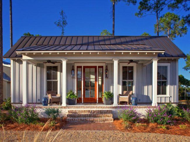 Уютный и завершенный экстерьер: одноэтажный дом с террасой в деревенском стиле