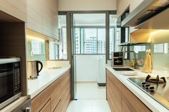 Нейтральная белая подсветка фартуков и столешниц в кухне с фасадами с древесным рисунком