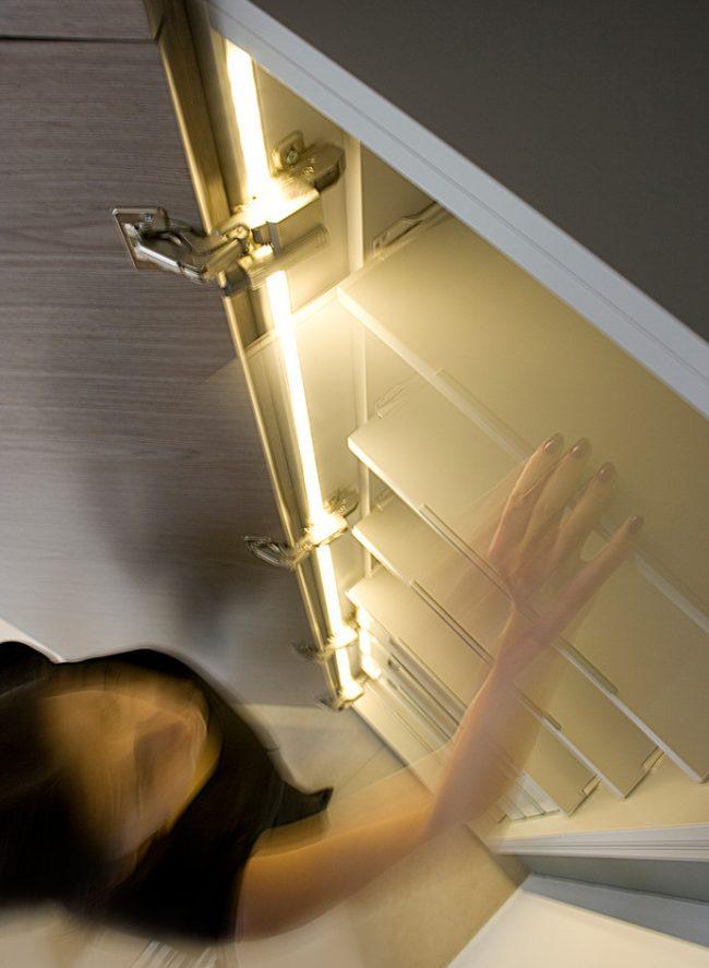 """""""Вежливая подсветка"""" кухонных шкафов с помощью диодной ленты"""