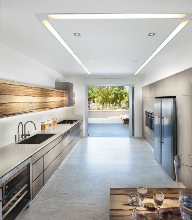 Мощные LED-ленты в несколько рядов подходят и для организации основного потолочного освещения