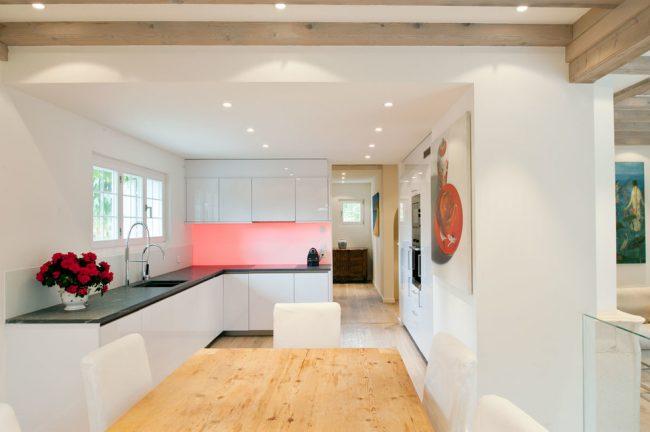 Красная подсветка фартука в белоснежной глянцевой кухне