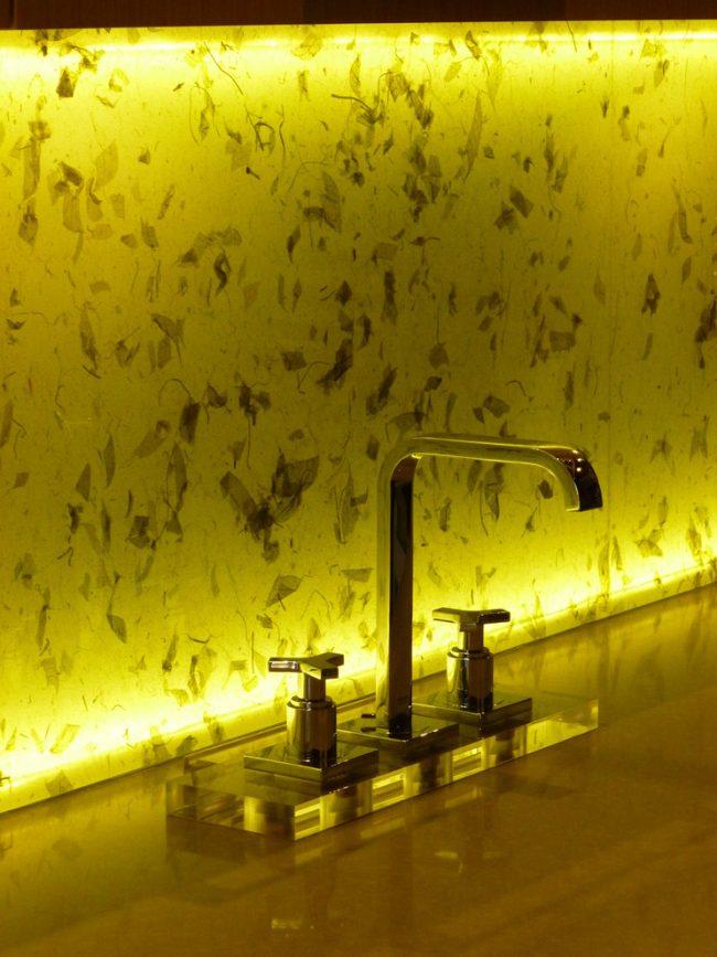 LED-диодами можно подсвечивать с обратной стороны кухонные фартуки из стекла или камня. Они эффектно рассеивают свет от миниатюрных источников света