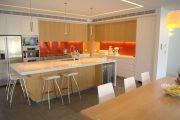 Фото 22 Светодиодная подсветка для кухонных шкафов: как выбрать, особенности монтажа и 65 универсальных идей