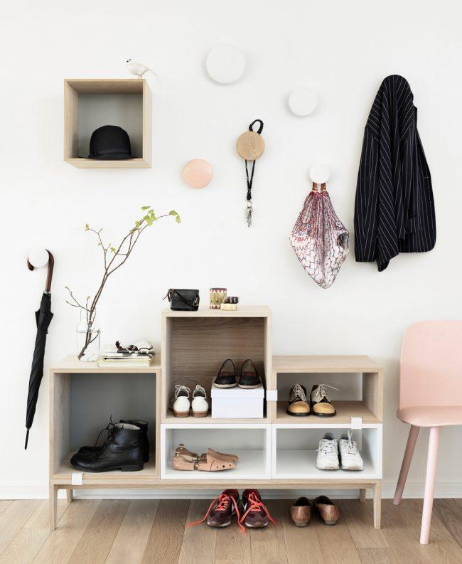 Открытые стеллажи и интересные крючки для одежды, которые можно соорудить своими руками