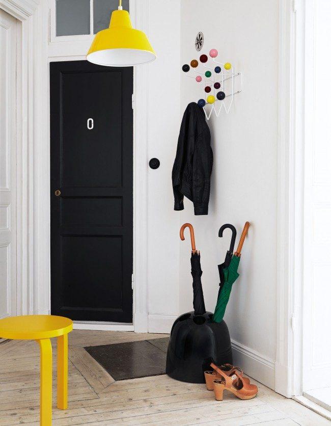 Функциональное небольшое помещение, где хранится верхняя одежда и сезонные аксессуары