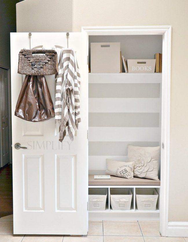 Небольшой встроенные шкаф не будет загромождать проход в узкой прихожей