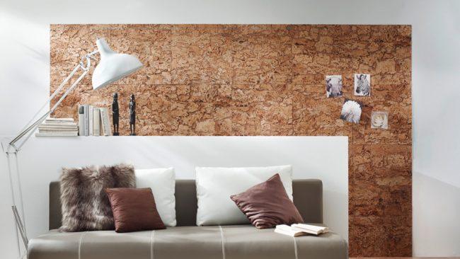 Украсить гостиную комнату поможет небольшой участок с пробковой панелью