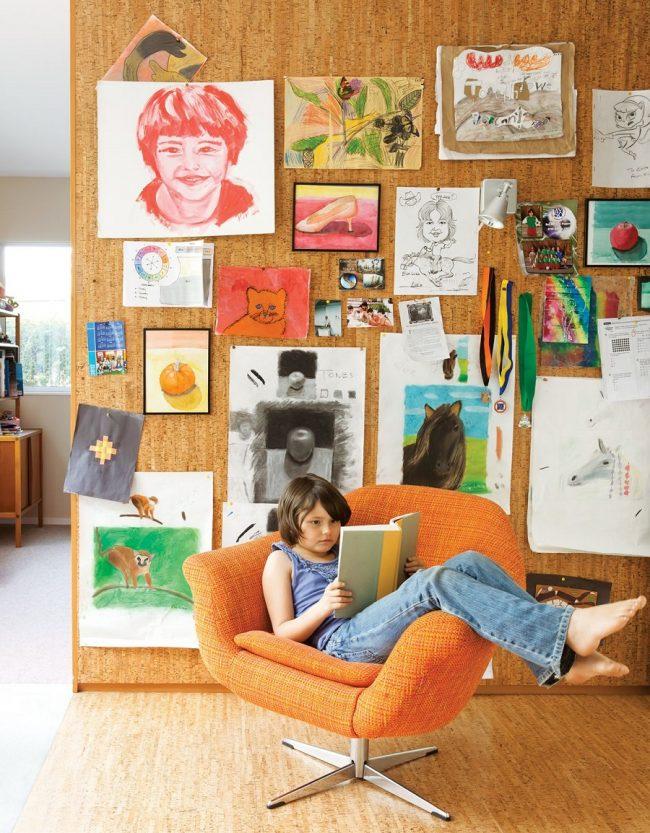 Стена в детской из пробковой панели для рисунков и заметок