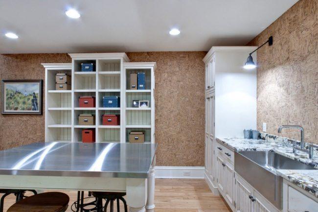 Просторная кухня с пробковой отделкой стен