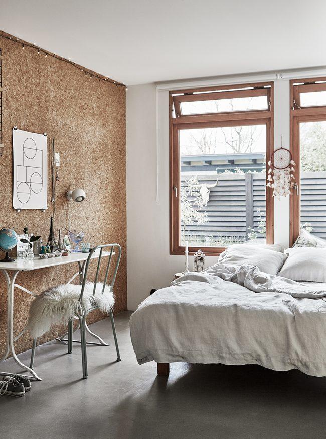 Стена в спальне с отделкой пробковым деревом