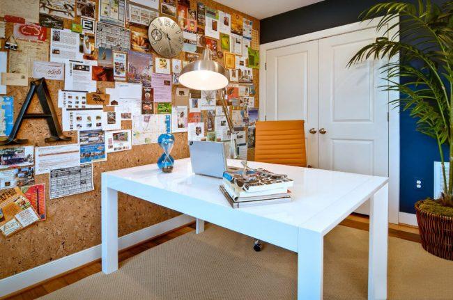 Рабочая зона с пробковой стеной - это удобно, стильно и практично