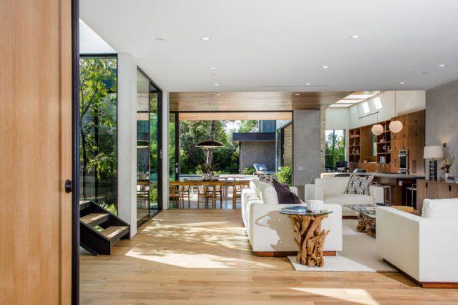 Интерьер монолитного дома общей площадью 760 кв. м. Теплая климатическая зона позволяет летом еще больше расширять площадь первого этажа за счет раздвижных стеклянных перегородок
